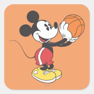 Baloncesto que se sostiene deportivo de Mickey el Pegatina Cuadrada