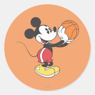 Baloncesto que se sostiene deportivo de Mickey el Pegatina Redonda