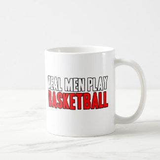 Baloncesto real del juego de los hombres taza de café