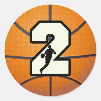Baloncesto y jugador del número 2 etiqueta redonda