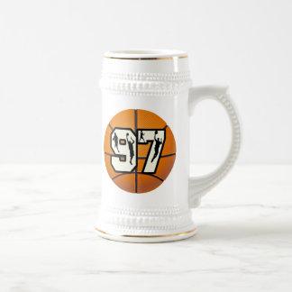 Baloncesto y jugadores del número 97 jarra de cerveza