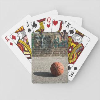 Baloncesto y pintada baraja de póquer