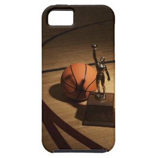 Baloncesto y trofeo en la cancha de básquet, funda para iPhone 5 tough