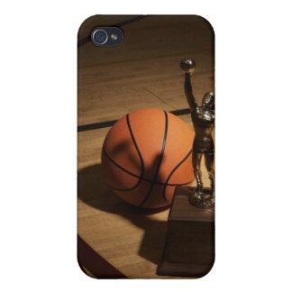 Baloncesto y trofeo en la cancha de básquet, iPhone 4/4S carcasa