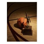 Baloncesto y trofeo en la cancha de básquet, postales