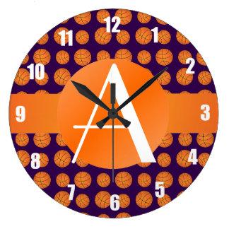 Baloncestos de la púrpura del monograma reloj de pared