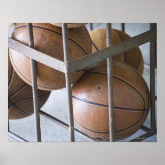 Baloncestos en una cesta póster
