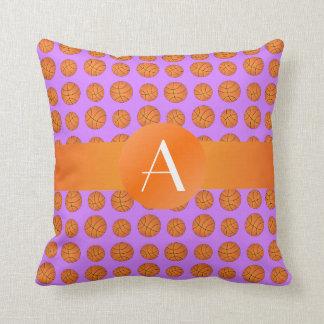 Baloncestos púrpuras en colores pastel del monogra almohada
