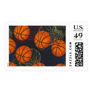 Baloncestos y aros en un sello azul del fondo