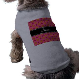 Baloncestos y corazones rosados conocidos de encar camisa de mascota