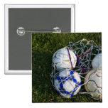 Balones de fútbol en red pin cuadrado