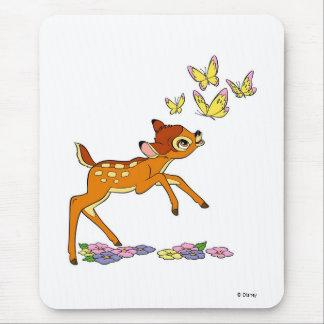 Bambi que juega con las mariposas tapete de ratón