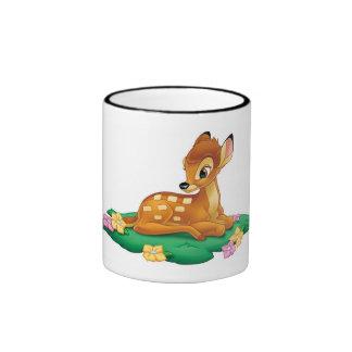 Bambi que se sienta en la hierba taza