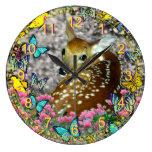 Bambina el cervatillo Blanco-Atado en mariposas Reloj De Pared
