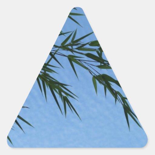 bambú sobre cielo de nubes pegatina triangular