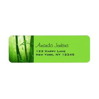 Bambú verde con las luces pálidas de Bokeh en la Etiqueta De Remite