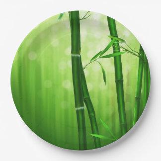Bambú verde con las luces pálidas de Bokeh en la Platos De Papel