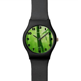 Bambú verde con las luces pálidas de Bokeh en la Reloj De Mano