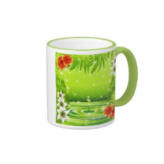 Bambú verde del agua y taza tropical de las flores