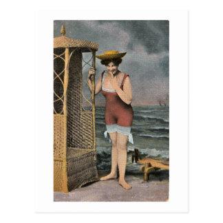 Bañando la belleza en la playa - mano del vintage  tarjetas postales