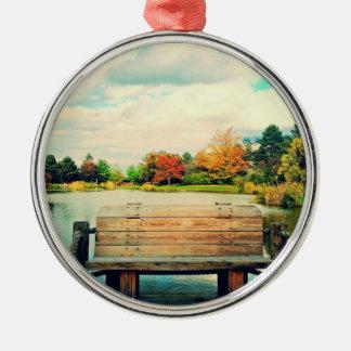 Banco de la orilla del lago adorno redondo plateado