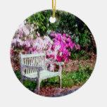 Banco de madera rústico en el parque adorno de navidad