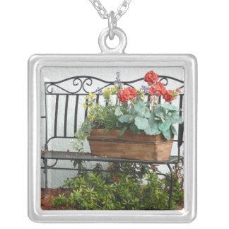 Banco del hierro con las flores colgante cuadrado