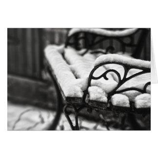Banco en la nieve tarjetón