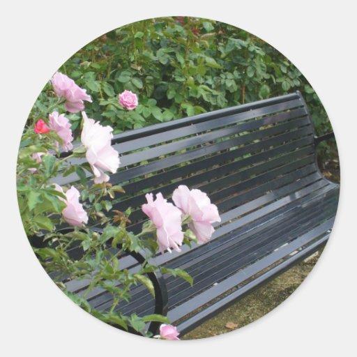 Banco en los rosas pegatinas redondas