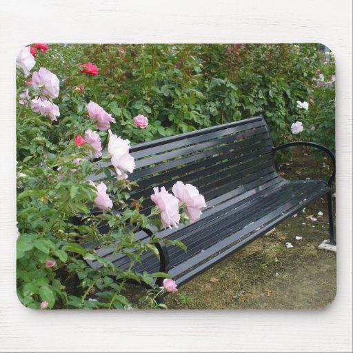 Banco en los rosas tapetes de raton