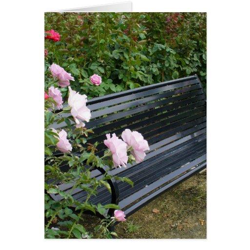 Banco en los rosas tarjeta