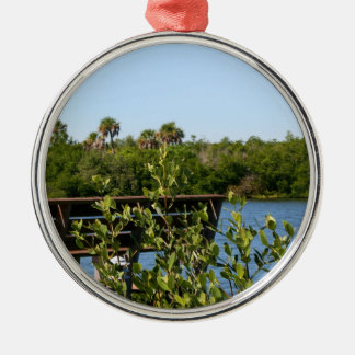 Banco en muelle con el cielo azul de la reserva na ornaments para arbol de navidad
