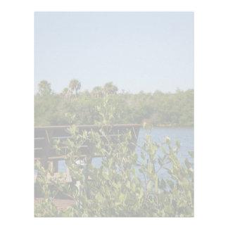 Banco en muelle con el cielo azul de la reserva na plantillas de membrete