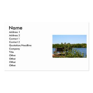 Banco en muelle con el cielo azul de la reserva tarjetas de visita
