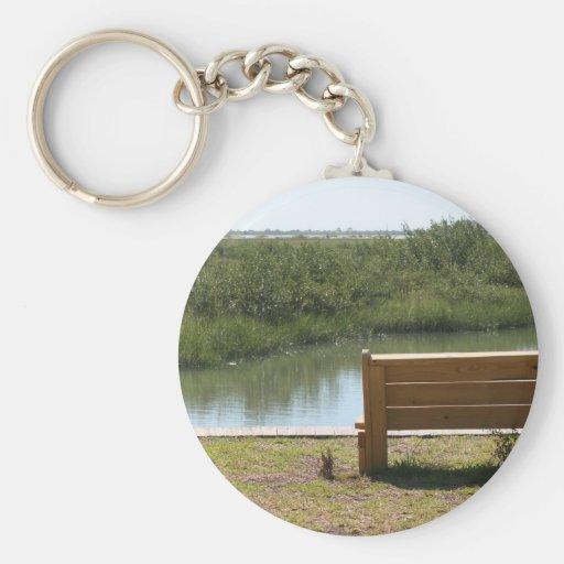 Banco por el río con la hierba y agua llaveros personalizados