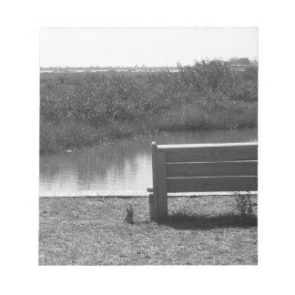 Banco por la imagen blanco y negro del río bloc de papel