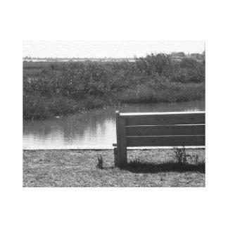 Banco por la imagen blanco y negro del río impresión en lona
