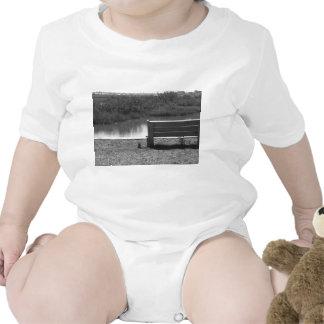 Banco por la imagen blanco y negro del río trajes de bebé