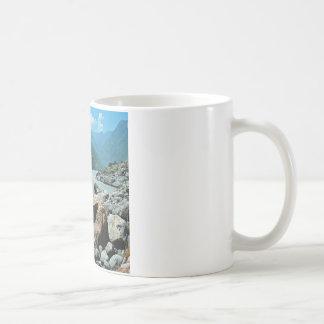 Bancos de la inundación de la montaña de los ríos taza de café