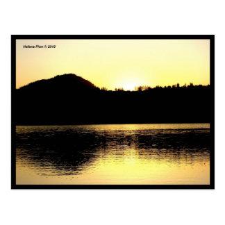 Bancos de la montaña del lago en la postal de la f