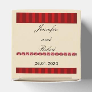 Banda de marfil de la raya roja con la fila de la cajas para detalles de boda