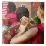 Banda escolar en el desfile azulejo ceramica