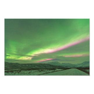Bandas coloridas de la aurora sobre el glaciar de cojinete