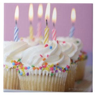 Bandeja de magdalenas del cumpleaños con las velas azulejo cuadrado grande