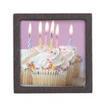 Bandeja de magdalenas del cumpleaños con las velas caja de regalo de calidad