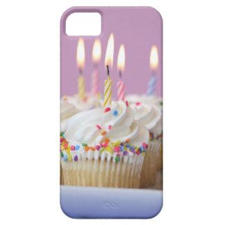 Bandeja de magdalenas del cumpleaños con las velas iPhone 5 Case-Mate funda