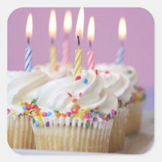 Bandeja de magdalenas del cumpleaños con las velas pegatina cuadrada