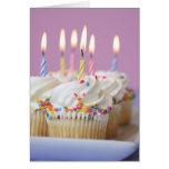 Bandeja de magdalenas del cumpleaños con las velas felicitacion