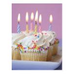 Bandeja de magdalenas del cumpleaños con las velas postales