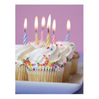 Bandeja de magdalenas del cumpleaños con las velas postal